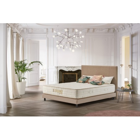 Oriented high-end, the Luxury memory foam mattress benefits from an exemplary finish and the best materials used by the brand.