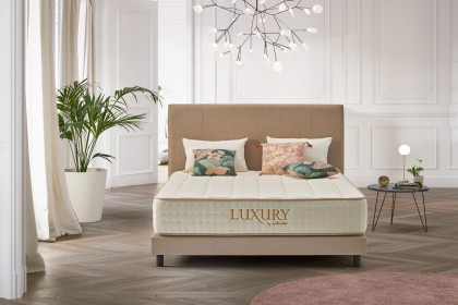 The padded mattress topper, stitched logo on the mattress, every detail has been thought of to offer you at home, in your room, the experience of a hotel suite.