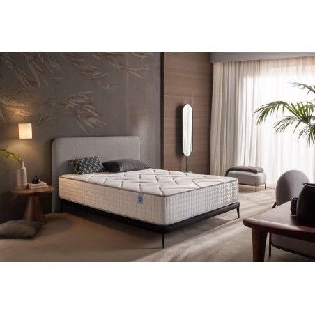 It offers a balanced welcome and support. Filled with memory foam on both sides, it adapts to each season.