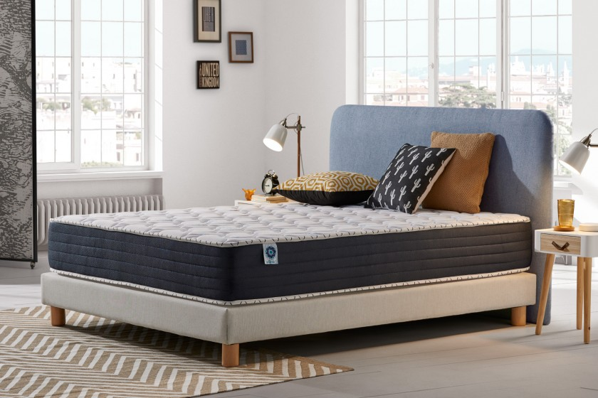 With 25 cm thickness and thanks to its seven-zone structure, the Blue Memory mattress offers a soft welcome as well as firm support for all parts of the body, whatever your build.