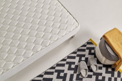 Equipped with Thermosoft memory foam, it reacts quickly to body temperature and conforms to its shape in an instant. Odorless, it has superior adaptation and durability properties