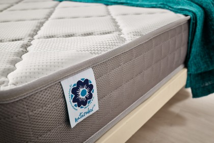 In addition, the Viscorelax shape memory mattress benefits from meticulous finishes and the elaborate designs of its tops, in addition to the morphological comfort given to it by its relaxed head, shoulders and pelvis areas.