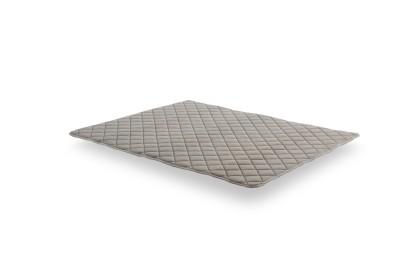 Comme il est réversible ce sur-matelas se tourne régulièrement dans le sens tête/pieds et face été/hiver pour une utilisation optimale.